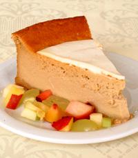 פרוסת עוגה קרה עם פירות טריים