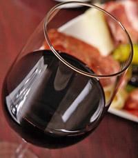כוס יין אדום בטמפרטורת החדר