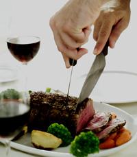 כוס יין לצד נתח בשר וירקות