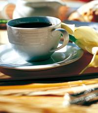 כוס קפה לצד הקינוח