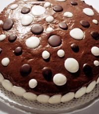 עוגת שוקולד עם סוכריות בשחור-לבן