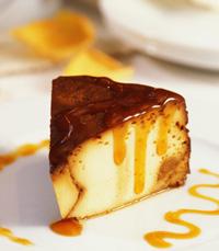 פרוסת עוגת גבינה עם קרם קרמל
