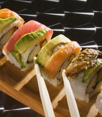 רול סושי עם דגים וירקות טריים