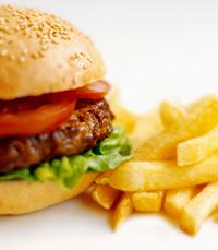 המבורגר עסיסי בלחמניה עם צ'יפס וירקות