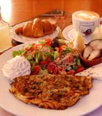 ארוחת בוקר עם חביתה, סלט וקפה
