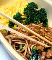 אטריות עם ירקות ובקר