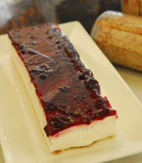 אנחנו חגגנו עם עוגת גבינה עם פרורים זהובים