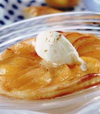 העוגה הוכנה מאגסים ותפוחים והוגשה עם גלידת וניל
