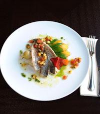 פילה דג מאודה על ירקות וקרם פלפלים