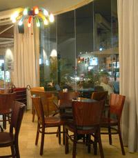המסעדה עוצבה כפונדק דרכים, בעל חלל גדול ומזמין