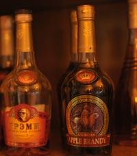 מגוון משקאות אלכוהוליים גרוזיניים אותנטיים בדדה, גבעתיים
