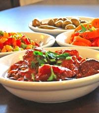 לא פחות מ-13 סוגי סלטים במסעדת ושבעת וברכת תל אביב