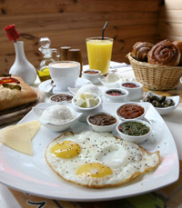 בבקרים מגישים ארוחת בוקר עשירה - טראפלס מנות