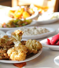 23 סוגי סלטים במסעדת הזקן והים