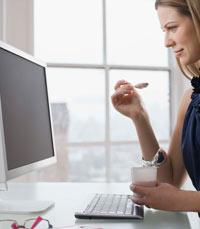 טעויות של דיאטה: לאכול מול המחשב
