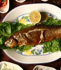 דגים מוכנים במסעדת השקד