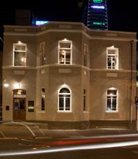 שתי קומות של מסעדה ולאונג' בר