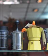 בצד אחד של גבריאל קפה נמצאת חנות קפה