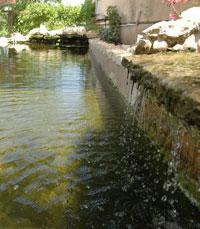 מפל מים גדול שמפיק קולות מרגיעים