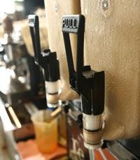 מגוון סוגי קפה בתפריט של קפה קפה כפר שמריהו