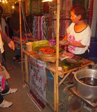 שוק לילה בצ'אנג מאי - אוכלים בתאילנד