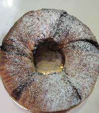 מדפים עמוסי עוגות - קונדיטוריה אנה