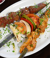 אוכלת בשר מלוא השיפוד במסעדת בשרים בעפולה