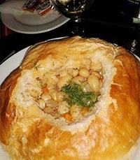 צ'ורבה שעועית המוגש בתוך לחם