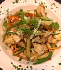 הסלט הכיל נתחי עוף, מגוון ירקות אסייתיים, נודלס