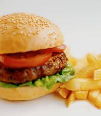 המבורגר טחון במקום מוגש על לחמניה