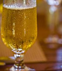 שותים אלכוהול בברים ובמסעדות