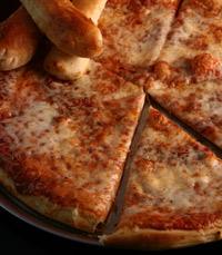 אוכלים פיצה במסעדה