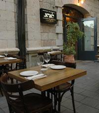 יושבים מחוץ למסעדת לארא