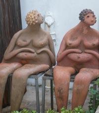 פסלי נשים בחצר מוזיאון רוקח