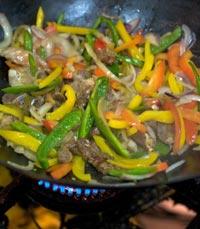 מטבח עשיר בטעמים, ניחוחות וצבעים
