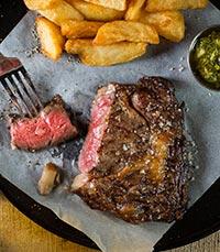 יד מקצועית ומדויקת מטפלת בבשר