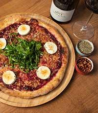 הפיצה אפויה עם רוטב סלק