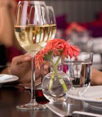 מבחר משקאות אלכוהוליים משובחים, לצד תפריט אוכלי