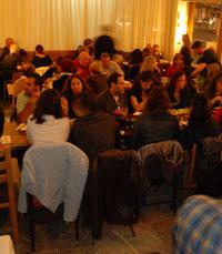 קפה יפו - האורחים קמים לרקוד בערב היווני