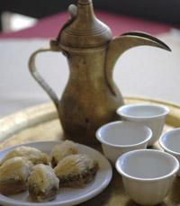 קפה ופס בקלאווה מתוק באבו נאסר חינאווי