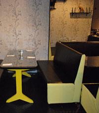 אלפנט נתניה - מתיישב עם שתי יפהפיות בשולחן ליידי