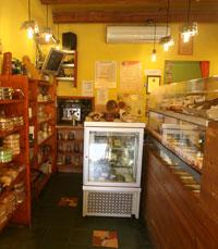 גוני צהוב חמים בקפה קיורטוש תל אביב