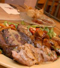 הבשר מוגש על רגיל פחמים לוהט