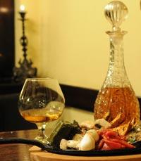 פרנקי פאב חיפה - מגוון בקבוקי שתייה איכותיים