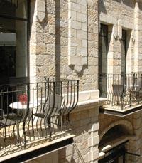 ישיבה נעימה במרפסת הזוגית של מסעדת מימולא בירושלים