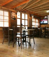 קירות, שולחנות וכסאות עץ - טראפלס מנות