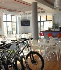 שילוב ייחודי של חנות אופניים ובית קפה-מסעדה