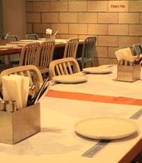 מנות מוגשות למרכז השולחן - חדר האוכל תל אביב