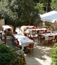 חצר נעימה במסעדת תאנים בירושלים