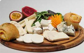פלטת גבינות אישיות לצד יין טוב
